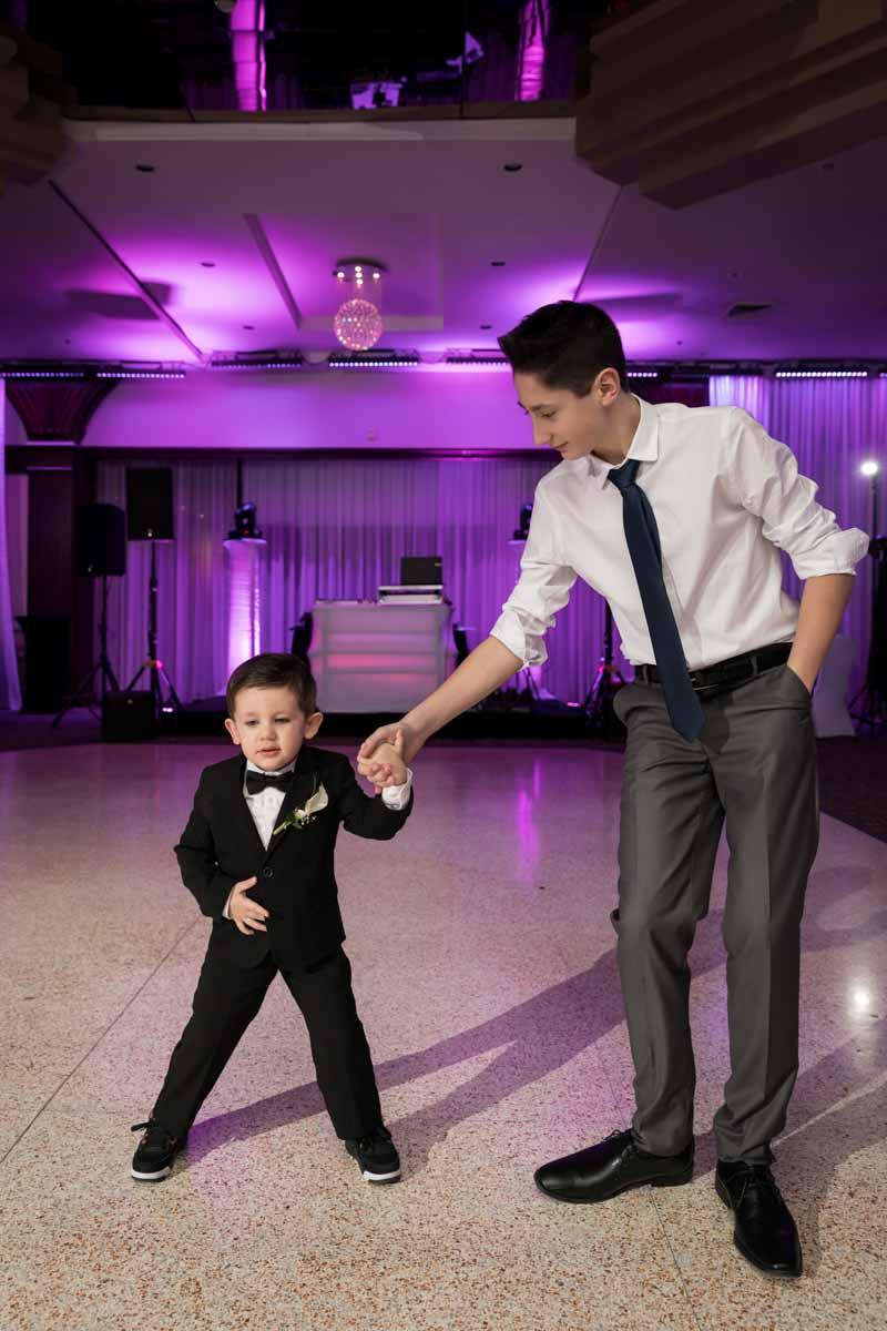 Sons dancing